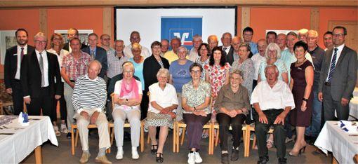 Die Volksbank Deißlingen ehrt  Mitglieder für deren 40-, 50- und 60-jährige Treue zur Bank.  Foto: Reinhardt Foto: Schwarzwälder Bote