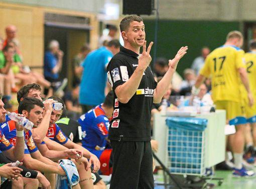 Jens Bürkle zeigt's an: Er hängt zwei Jahre in Balingen dran. Foto: Kara