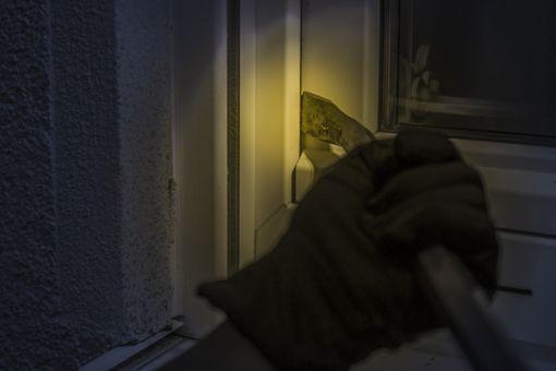 In allen Fällen verschaffen sich die Einbrecher Zugang durch Aufhebeln oder Zerschlagen des Fensters. Foto: pixabay