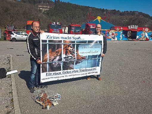 Eher auf  Distanz gingen die Aktivisten der Tierschutzallianz bei der Mahnwache vor dem Zirkus Manuel Weisheit nach eigenen Angaben. Sie seien von den Schaustellern verbal bedroht worden. Foto: Tierschutzallianz
