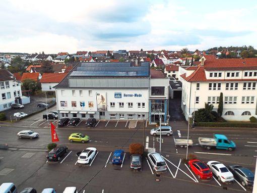 Vom ehemaligen Habfast-Gebäude, rechts der Herren-Moden-Abteilung, soll einmal eine Fußgängerbrücke über die Geislinger Vorstadtstraße führen.  Foto: Schnurr