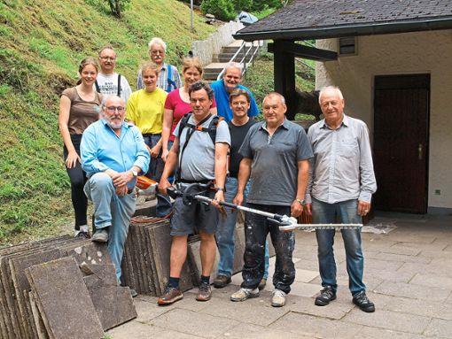 Die Helfergruppe zusammen mit Dieter Racki (rechts) auf der Terrasse der Skihütte.  Foto: Ziegelbauer Foto: Schwarzwälder Bote