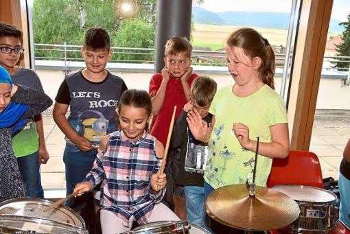 Das klingt wohl noch nicht so, wie es sein sollte: Die Schüler dürfen Instrumente ausprobieren.  Foto: Baiker Foto: Schwarzwälder Bote