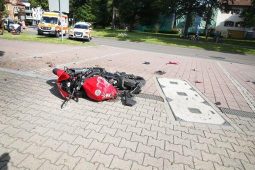 Zwei tödliche Unfälle haben am Wochenende strongVillingen-Schwenningen/strong erschüttert. Etwa 300 Meter von der Unfallstelle eines 18-Jährigen entfernt, verunglückte unter den Augen zahlreicher Passanten ein weiterer junger Mann tödlich. a href=https://www.schwarzwaelder-bote.de/inhalt.villingen-schwenningen-zwei-motorradfahrer-verungluecken-toedlich.038c1a73-38b7-40cc-af0f-4babd5d236f0.htmltarget=_blankstrongZum Artikel/strong/abr Foto: Marc Eich
