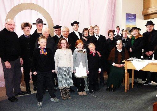 Eine ganze Dorfgesellschaft mimen die Darsteller im Stück Pfarrhannale um Ideengeber Oskar Beuttler (Siebter von links).   Foto: Groh Foto: Schwarzwälder-Bote