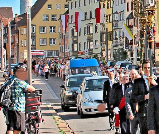 Nicht zu fassen: Etliche Wagenlenker wühlen sich an Fronleichnam auf der Hochbrücktorstraße in Rottweil-Stadt durch die Prozession. Foto: Hildebrand