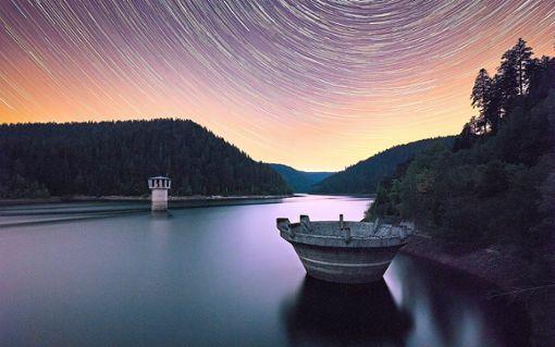 Durch 90 Einzelaufnahmen, die Drehung der Erde innerhalb von 45 Minuten sowie etliche Spezialtechniken entsteht dieses Foto am Stausee.  Foto: Flöß Foto: Schwarzwälder Bote