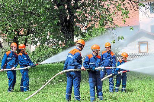 Wasser marsch heißt es bei der Abschlussprobe der Jugendfeuerwehren in Achdorf. Die Jungs müssen beim Brand des Rathauses benachbarte Gebäude sichern.   Foto: Baltzer Foto: Schwarzwälder-Bote
