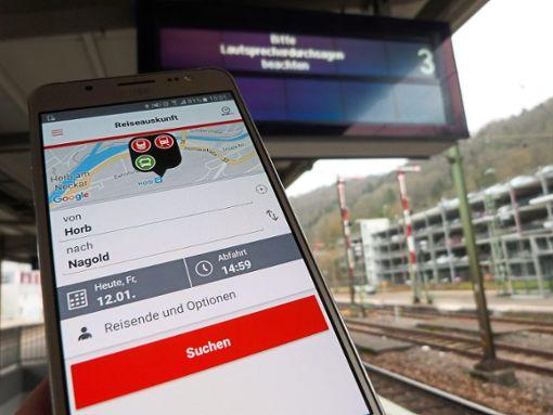 Da hilft nur noch die Bahn-App auf dem Handy: Mindestens bis Montag bleiben die Anzeigetafeln im Horber Bahnhof wegen einem  Netzwerkfehler außer Betrieb.  Foto: Geideck Foto: Schwarzwälder Bote