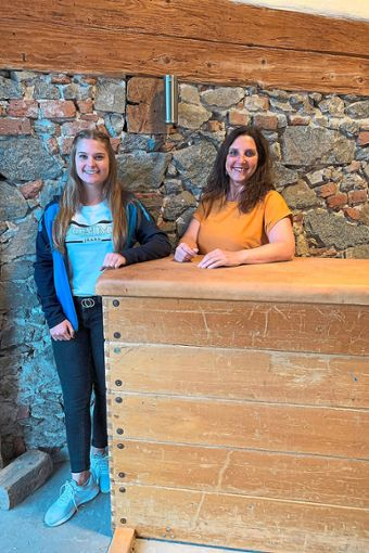 Vereinsvorsitzende Ursula Hildbrand (rechts) freut sich sehr, Aileen Hafner  als ersten Bufdi im TV Steinach zu begrüßen.  Foto: Lehmann Foto: Schwarzwälder Bote