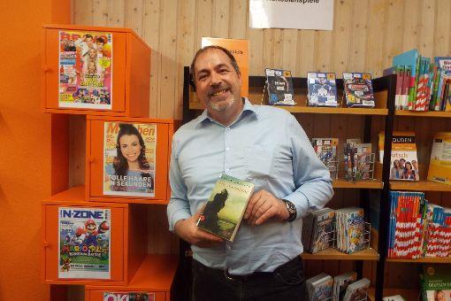 Volker Fritz nutzt für 50 Prozent seiner Bücher einen eReader, in der Hand sein Herbsttipp Die Sturmhöhe  Foto: Krämer Foto: Schwarzwälder-Bote