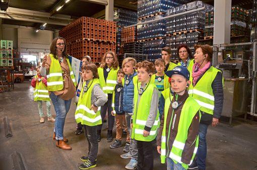 Viel Interessantes erfuhren die Kinder von Christina Schaffert (links) bei einer Führung im Bad Dürrheimer Mineralbrunnen. Die Kulturlotsen hatten dazu eingeladen.   Foto: Kaletta Foto: Schwarzwälder Bote