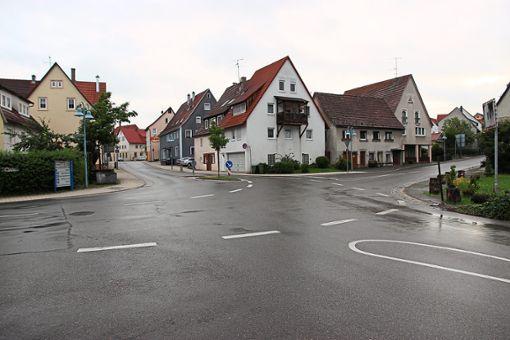 An der Kreuzung in Ergenzingen soll ein Kreisverkehr entstehen, dessen Bau im Sommer beginnen könnte.   Foto: Feinler Foto: Schwarzwälder Bote