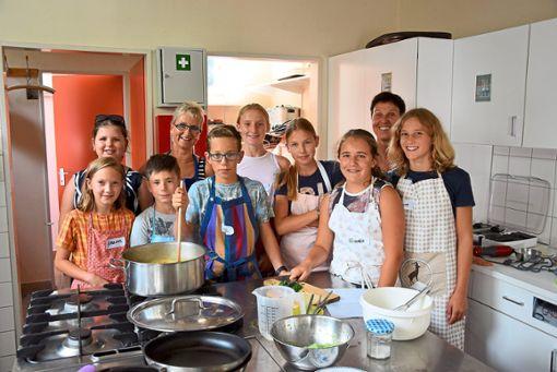 Kochen macht Spaß, besonders im Rahmen des Marbacher Kinderferienprogramms, weil die Jungen und Mädchen von den Kursleiterinnen Doris Schmidt (links) und Bettina Kammerer (rechts) viel  lernen können.   Foto: Kaletta Foto: Schwarzwälder Bote