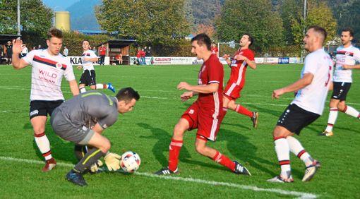 Hofstettens  Arian Steiner (rechts), der in dieser Szene um  einen Tick zu spät kommt, steht seiner Mannschaft  in Bühl urlaubsbedingt nicht zur Verfügung.  Foto: Bauer Foto: Schwarzwälder Bote