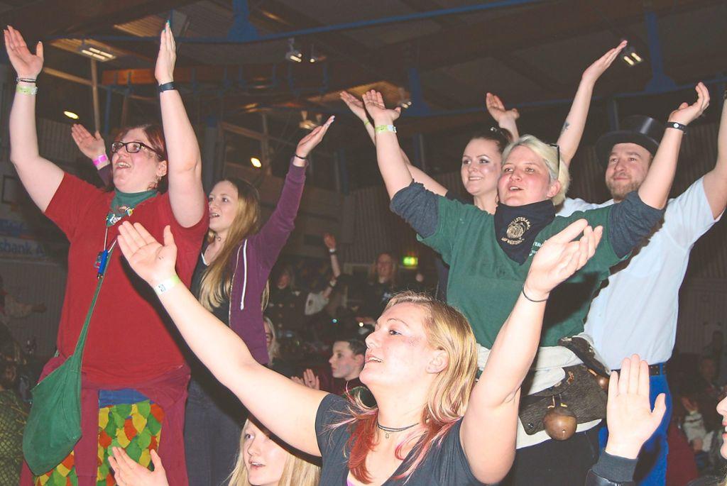 Das Publikum in der voll besetzten Schmeienhalle geht gleich von Anfang an mit. Foto: Born