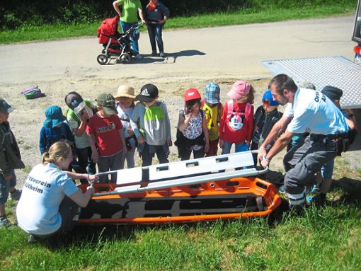 Spannendes lernten die Kindergartenkinder aus Altheim zum Thema Erste Hilfe von Veronika Kronenbitter und Peter Kronenbitter.  Foto: Kiga Foto: Schwarzwälder Bote