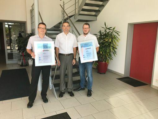 Thomas Bihlmeier (Bildmitte)  überreicht die Zertifizierungsurkunden  an Jörg (links) und Ingo Biesinger (rechts).  Foto: Biesinger Foto: Schwarzwälder Bote