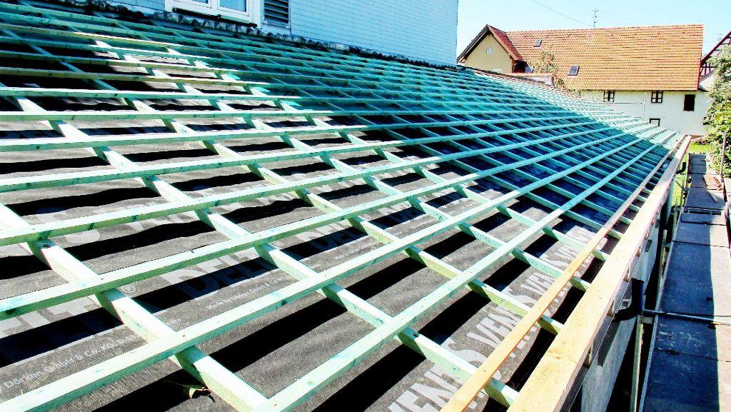 neue sparren und eine isolierung hat das dach des anbaus des brittheimer b rgerhauses erhalten. Black Bedroom Furniture Sets. Home Design Ideas