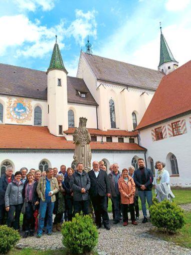 Die Teilnehmer des Ausflugs der katholischen Kirchengemeinde Alpirsbach mit Diakon Georg Lorleberg und Monsignore Heinrich Maria Burkhardt (vorne Mitte, von links).     Foto: Held Foto: Schwarzwälder Bote