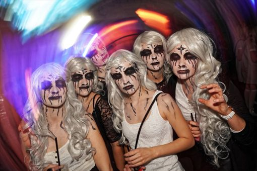 Hexen, Vampire und andere Gruselgestalten haben sich im strongRottweiler/strong Kraftwerk zum schaurig-schönen Halloween-Party getroffen. a href=https://www.schwarzwaelder-bote.de/inhalt.rottweil-gruselgestalten-rocken-kraftwerk.590f58c8-0f5c-4c6d-ab27-046dcefe7303.htmltarget=_blankstrongZum Artikel mit Bildergalerie/strong/abr Foto: Frank Engelhardt