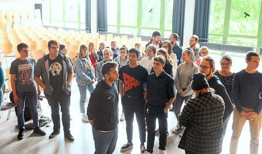 Eine Abstimmung mit den Füßen: Die Jugendlichen versammeln sich an einer bestimmten Stelle im MPG-Saal, um so zu demonstrieren, dass sie das Jugendcafé auf dem Rathausplatz haben wollen. Foto: Baublies