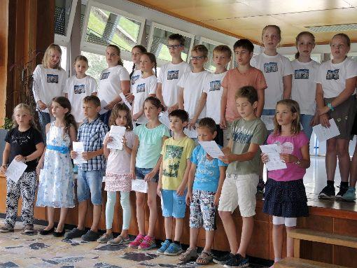 Die letzten beiden Klassen der Grundschule Halbmeil gestalteten mit viel Spaß das Rahmenprogramm, hier bei einem Liedbeitrag.   Foto: Jehle
