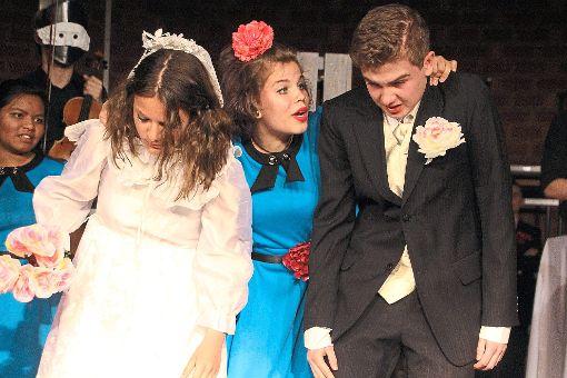 Liebe kann man nicht erzwingen – das Brautpaar scheint von seiner Hochzeit nicht überzeugt zu sein. Die Theater-AG des Gymnasiums am Romäusring führte ihr neues Stück Sein nichts haben auf.   Foto: Heinig Foto: Schwarzwälder-Bote