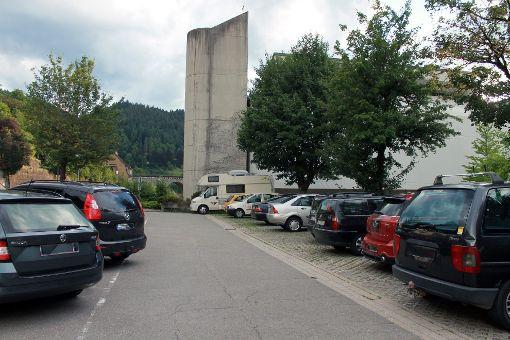 Der Parkplatz vor der Kirche ist tagsüber auch von Dauerparkern belegt.   Foto: Störr