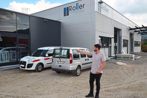 Stefan Bantel zeigt auf die neue Niederlassung von Roller & Söhne in Weilstetten: Nach 130 Jahren zieht das Unternehmen aus der Balinger Innenstadt dorthin.   Foto: Reich