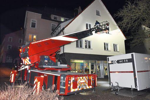 Mit der Drehleiter wurde zunächst von außen kontrolliert, ob sich jemand in der Wohnung aufhält.  Foto: Wegner Foto: Schwarzwälder Bote