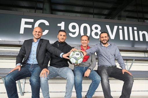 Mario Ketterer (08-Geschäftsführer), Marcel Yahyaijan (zukünftiger Sportdirektor). Reiner Scheu und Arasch Yahyaijan (Sport-Vorstand, von links) freuen sich über die Zusammenarbeit ab dem 1. Juli.  Foto: Marc Eich