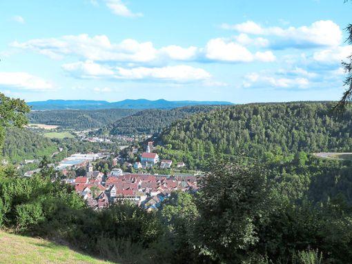 Der Aussichtsplatz an der Kapelle auf dem Lindenhof mit seinem Blick auf die Stadt ist ein Lieblingsplatz von Christoph Maaß.  Foto: Danner Foto: Schwarzwälder Bote