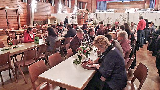 Die Züchter kamen in der Hornberger Stadthalle miteinander ins Gespräch.   Foto: Schindler