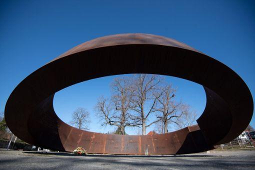 Ein Denkmal, das an die Opfer des Amoklaufs von Winnenden erinnert, steht unweit der Albertville-Realschule. Am 11. März findet eine Gedenkfeier anlässlich des 10. Jahrestags des Amoklaufs von Winnenden statt. Foto: dpa