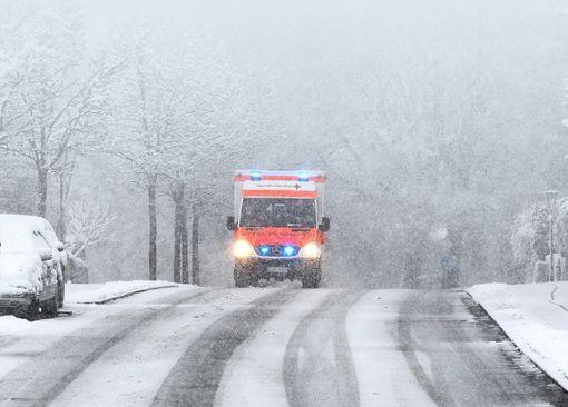 Das winterliche Wetter ist für Einsatzfahrzeuge eine besondere Herausforderung. (Symbolfoto) Foto: Jansen