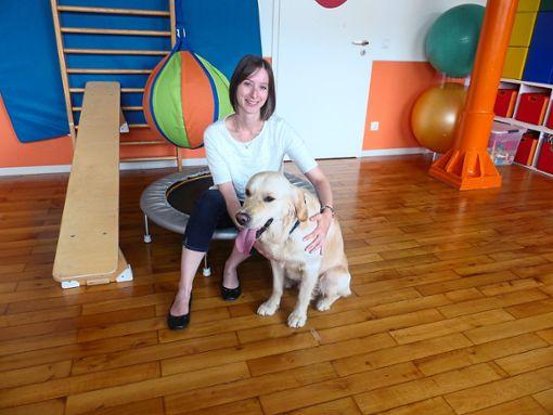 Ergotherapeutin Sonja Hieke gemeinsam mit Therapie-Hund Wotan in ihrer neuen Praxis.  Foto: Schneider Foto: Schwarzwälder Bote