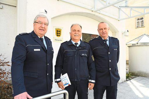 Klaus Armbuster, Revierleiter in Nagold (links), und Jürgen Hammann, Postenleiter in Haiterbach (rechts), verabschieden Manfred Balke nach mehr als 40 Jahren bei der Polizei.  Foto: Katzmaier Foto: Schwarzwälder Bote