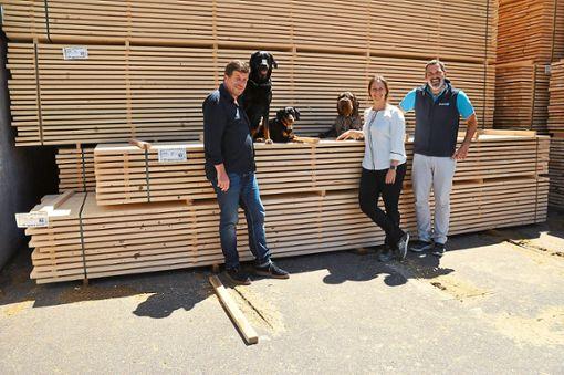 Gleich drei Hunde arbeiten im Sägewerk Streit: Geschäftsführer Klaus  Henne (von links) mit seine Hündin Iva (sechs Jahre alt), Lucy (ein Jahr alt), Jorgas (fünf Jahre), seine Tochter Jennifer De Buhr und Mitarbeiter Florian Sommer. Foto: Reinhard