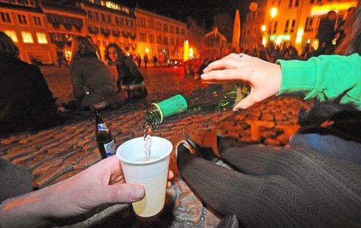 Laut Statistik trinken Jugendliche oft  zu viel  Alkohol. Für viele gehört der Alkoholkonsum zum Zusammensein dazu – so wie hier auf dem Augustinerplatz in Freiburg.  Foto: Seeger