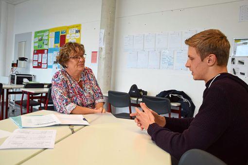 Florian Bihler stellt sich in einem Übungs-Bewerbungsgespräch den Fragen  der ehemaligen Personalleiterin Birigt van Rickelen.  Foto: Rousek Foto: Schwarzwälder Bote