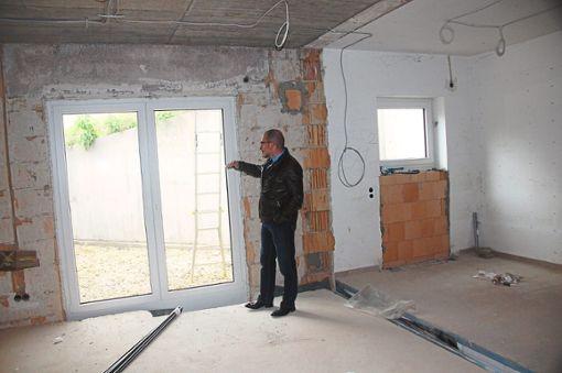 Martin Briem blickt hinaus auf die künftige Bistro-Terrasse des Kindergartens St. Fidelis. Die Architektin hat sie auf die Freifläche zwischen Gebäuderückwand und Stützmauer geplant. Foto: Rapthel-Kieser