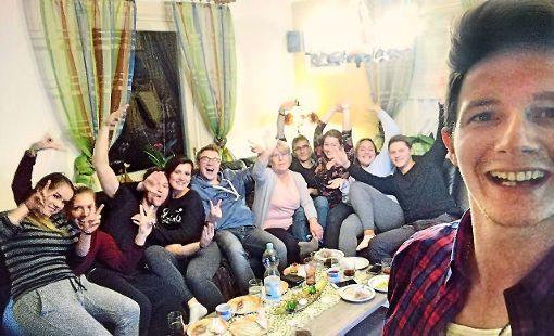 Damiano Maiolini (rechts) hat sich die Sendung mit Freunden und Familie angeschaut und uns freundlicherweise ein Selfie geschickt.  Foto: Maiolini