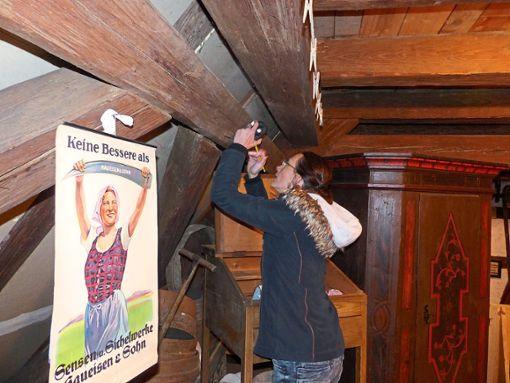 Biologin Judith Auer sucht die Balken nach Spuren von Holzwürmern und Schlupfwespen ab.  Foto: Begemann Foto: Schwarzwälder Bote