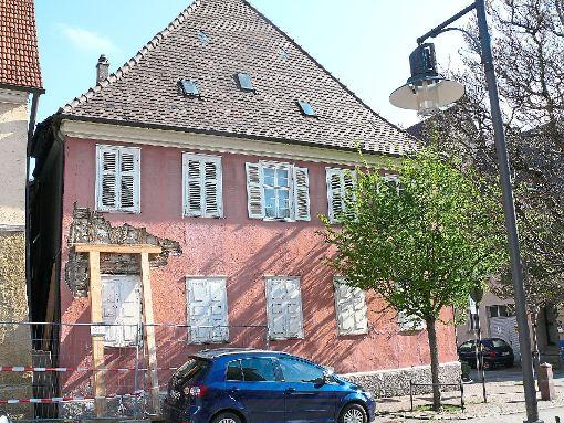 Seit Januar wird das alte Forstamt von Holzbalken gestützt, zudem ist die Fassade beschädigt. Foto: Werthenbach