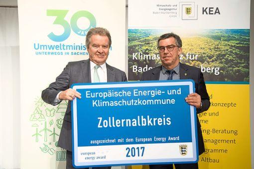 Umweltminister Franz Untersteller (links) überreicht die Plakette an Willi Griesser, Leiter des Umweltamts im Zollernalbkreis.   Foto: Stollberg