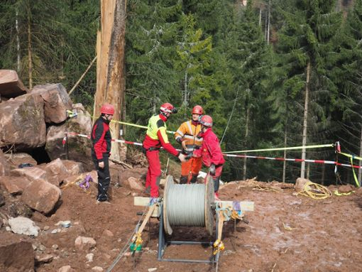 Die Bauarbeiten an der Hängebrücke gehen voran. Foto: Mutschler