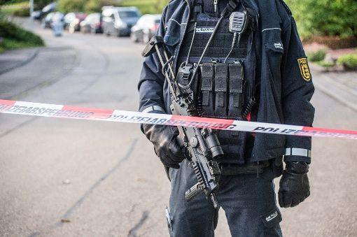 Schwer bewaffnet sichert die Polizei am Freitag den Tatort. Der Täter ist noch auf der Flucht. Foto: SDMG/ Friebe