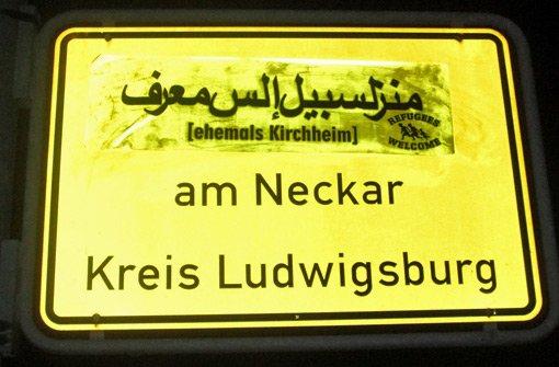 Kirchheim auf Arabisch: Unbekannte haben Ortsschilder im Kreis Ludwigsburg mit arabischen Schriftzeichen überklebt.  Foto: Polizei