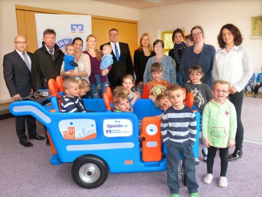 Alle freuen sich im Kindergarten Gruol über das neue Kindertaxi  Foto: Kost Foto: Schwarzwälder Bote